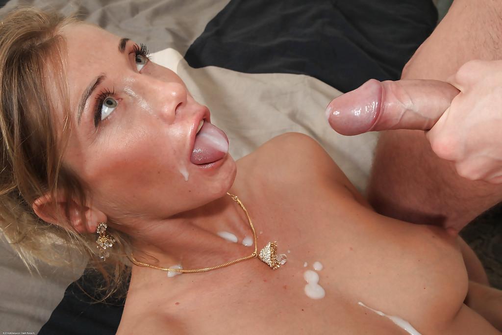 Беременная блондинка трахается в попу и заработала семя на лицо