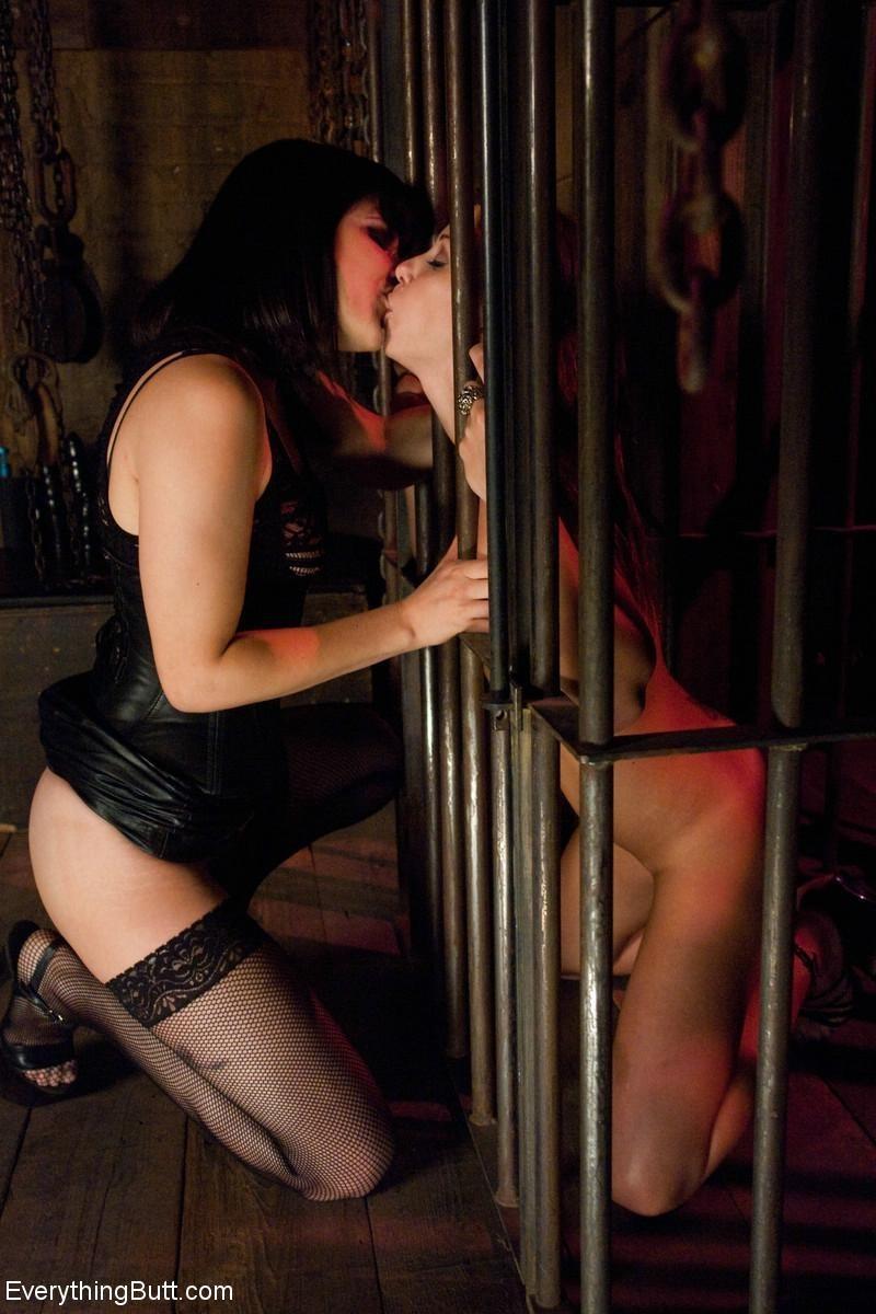 Алиса испытывает свою жопу на прочность, позволяя запихивать в нее всё подряд