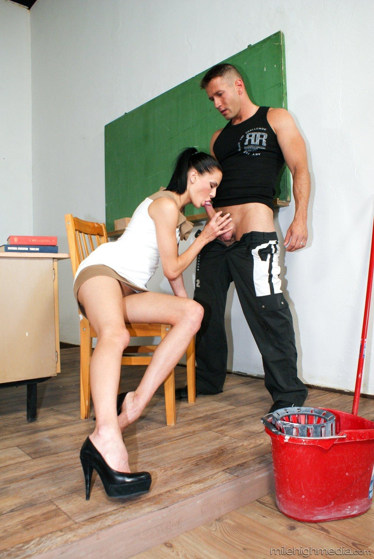 Грациозная модель с темными волосами с разъебанной мандой дала юнцу в попу задрав короткое платье