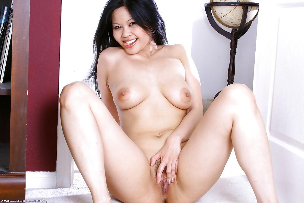 Японочка с небритой киской дрочит на полу