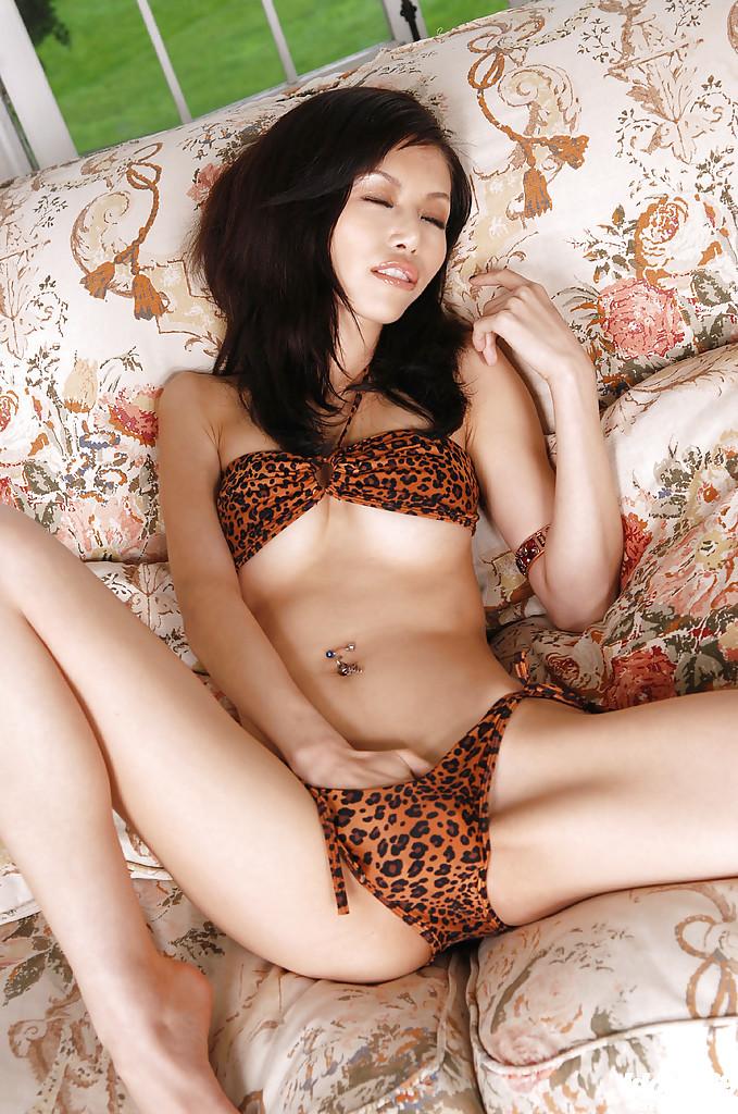 Азиатка в леопардовом белье оголилась на козетке