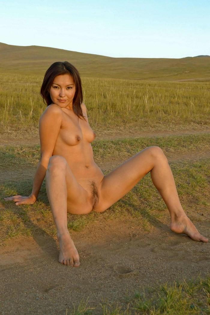Нагая монголка на проселочной дороге