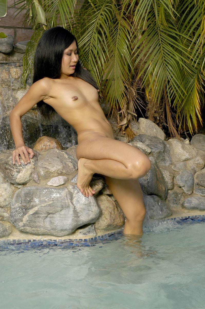 Азиатка Штефи хвастается раздетая в бассейне