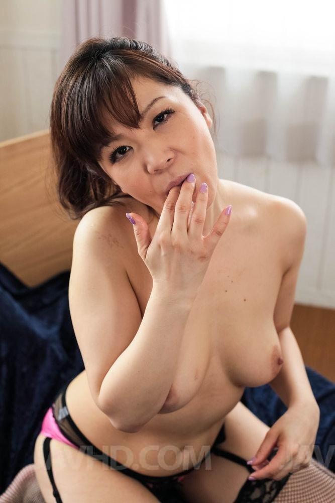 Взрослая японка ебется между буферов и в рот