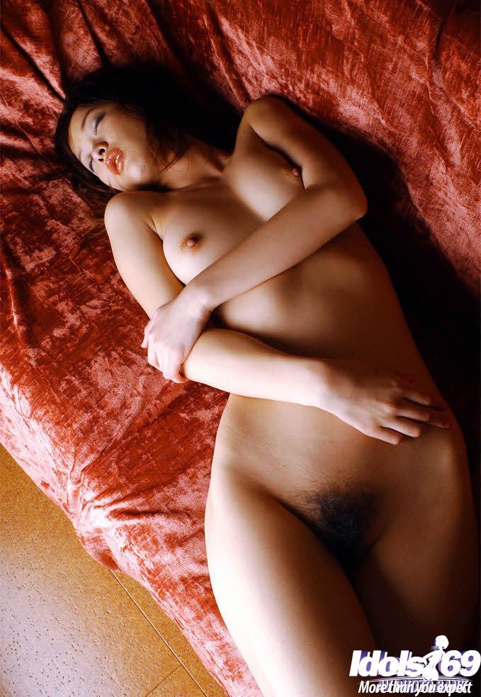 Азиатка стащила пятнистые трусики и выдала волосатый лобок