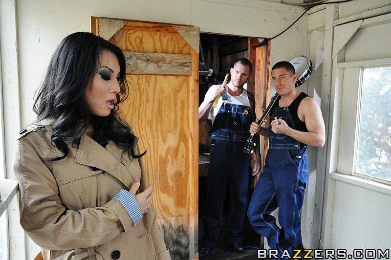 Грациозная китаянка с круглой грудью и в сапогах Asa Akira принимает два больших