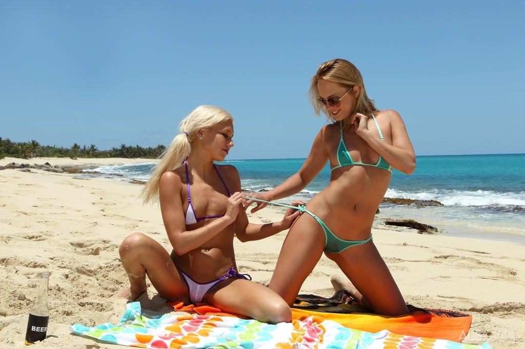Горячие ласки симпатичных подтянутых девушек на берегу моря