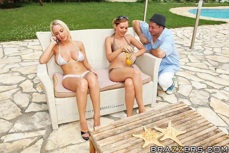 Чистенькая грудастая светлая порно звезда Mandy Dee занимается трахом в анал после того как снимает мини бикини