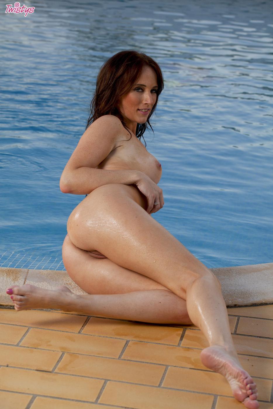 Пышногрудая темноволосая девка Jemma Perry теряет свое бикини и раздвигает пизду у бассейна