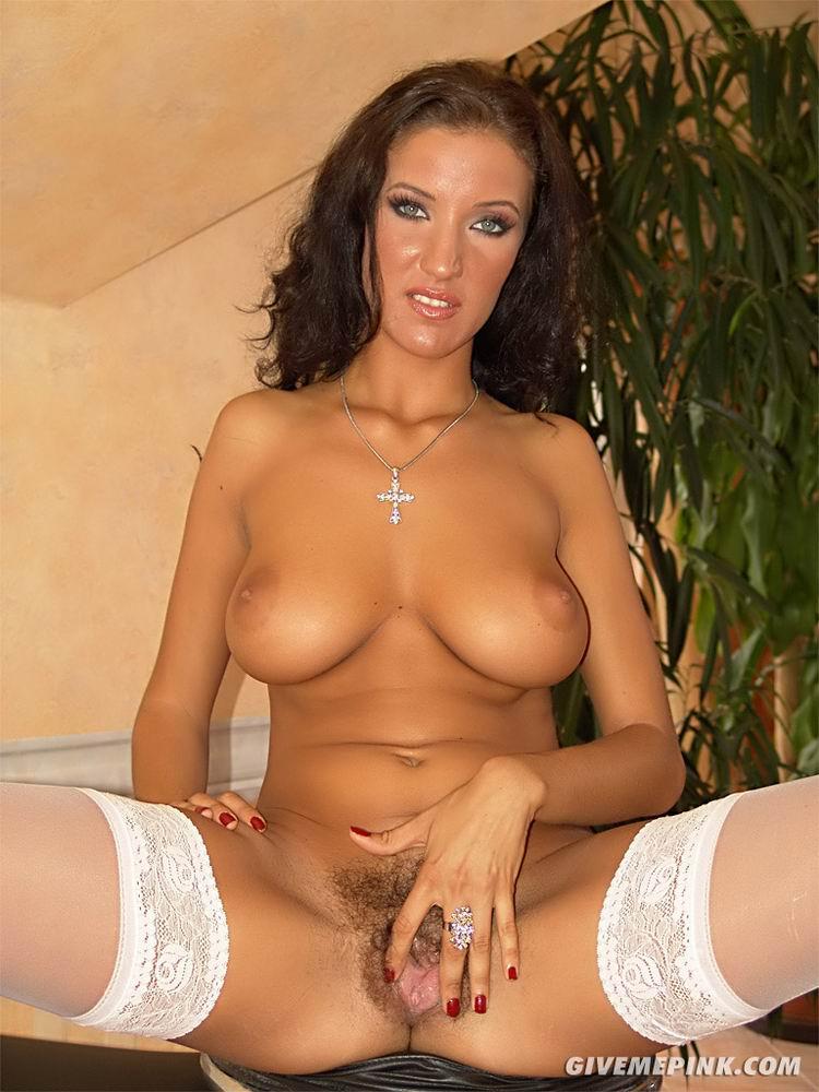Krisztina Ventura снимает белое бикини и жарит красной игрушкой свою волосатую киску