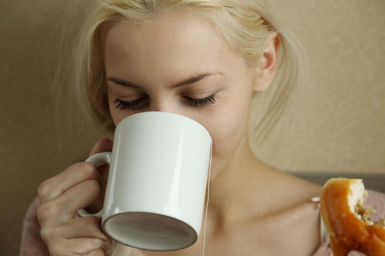 Блонди с мелкими буферами и выбритой писькой - Vika D, блистает симпатичное нагие буфера