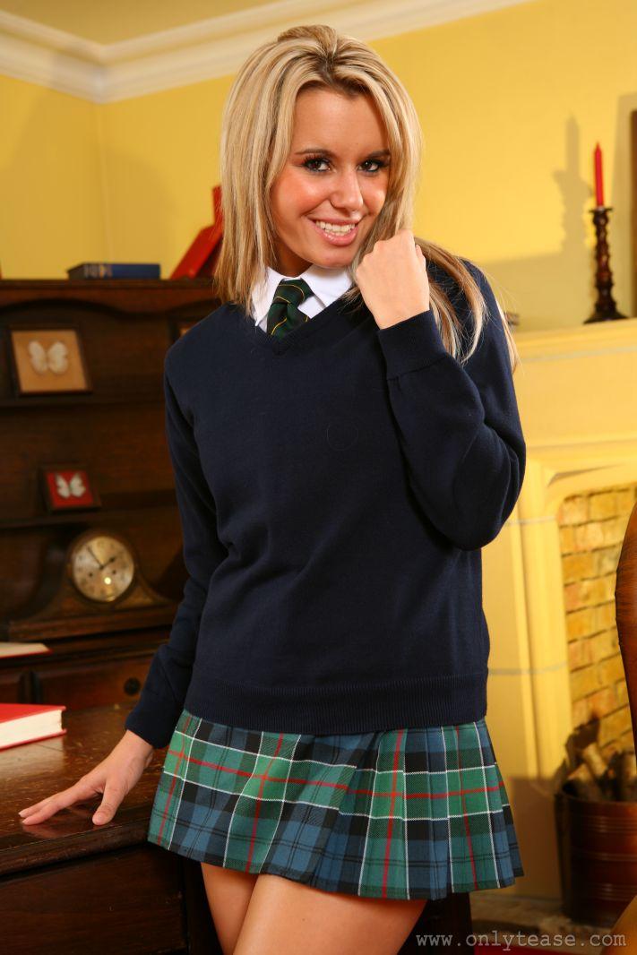 Блондинка-студентка с возбужденными ножками и шикарной грудью Michelle X спускает униформу