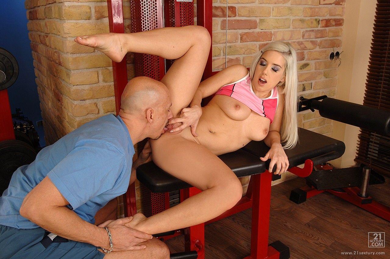 Кокетливая блондинка Nesty проводит время в спортзале