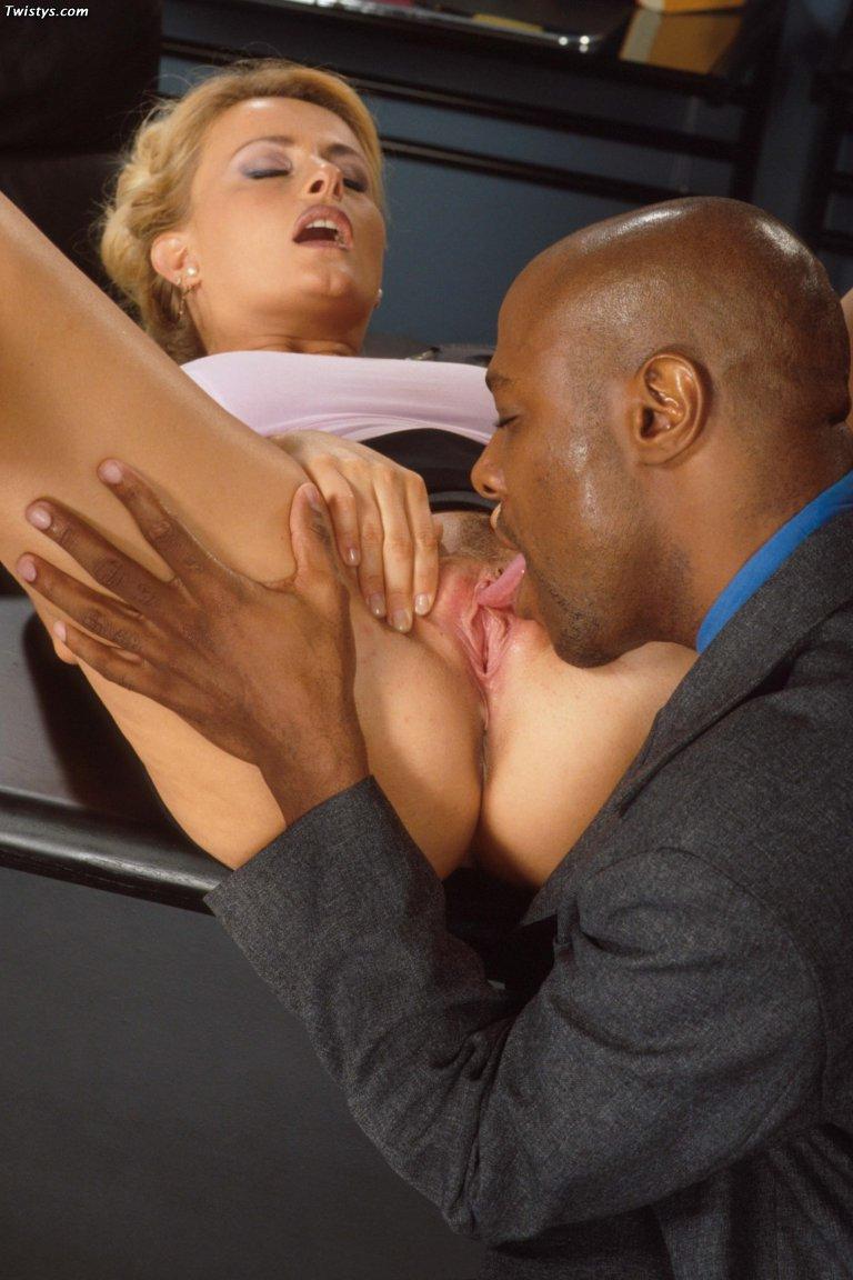 Светловолосая девушка Oceane сосет черный хуй и получила обильное семяизвержение на рабочем месте