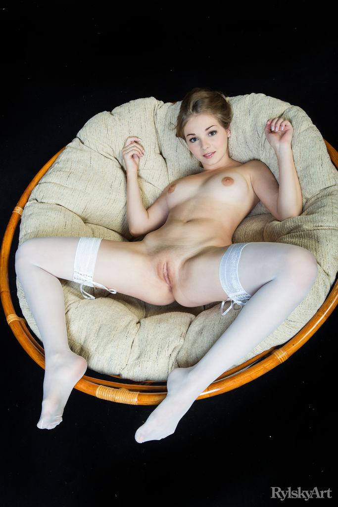 Восхитительная сучка Джефф Милтон моделирование эротично только в белых чулках