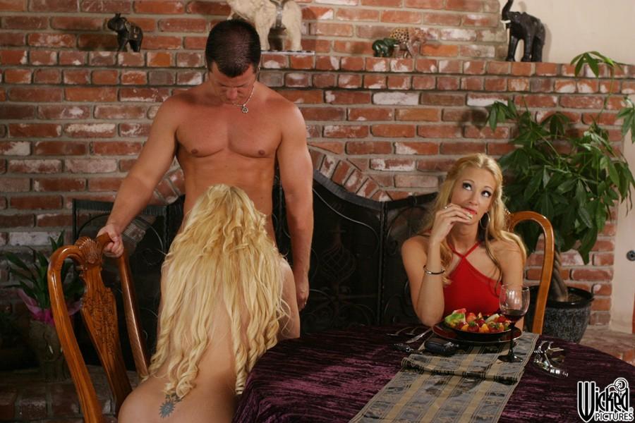 Горячая опытная блондинка Maya Devine целует после жесткой интима