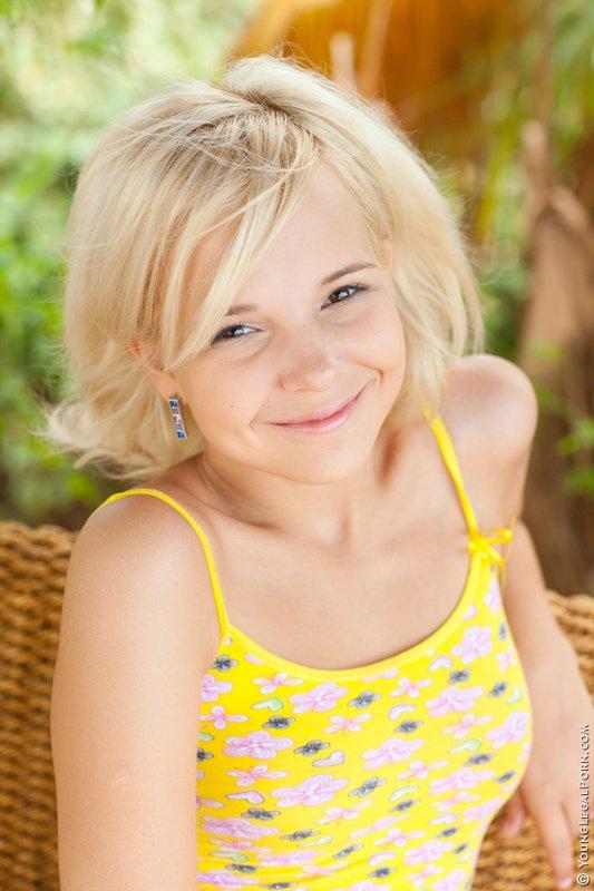 Юная блондинка Monroe YLP стыдливо улыбается в камеру, показывая изящное обнаженное туловище