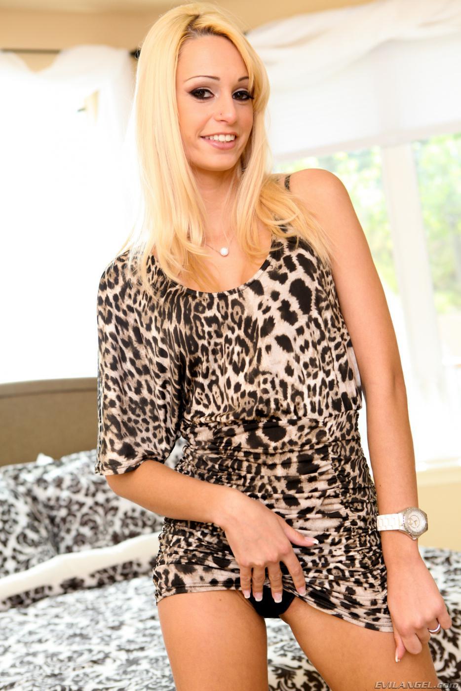 Блондинка-подросток Erica Fontes вот-вот покажет раздетые буфера