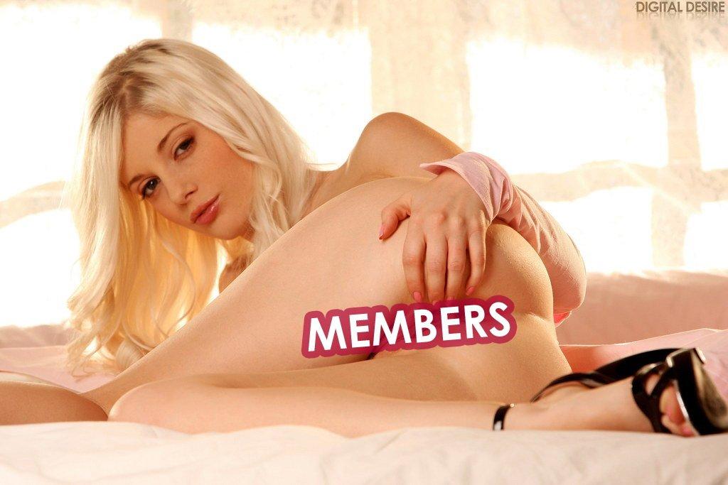Блондинка-красотка Charlotte Stokely обнажает шикарную сраку и гладкую писю