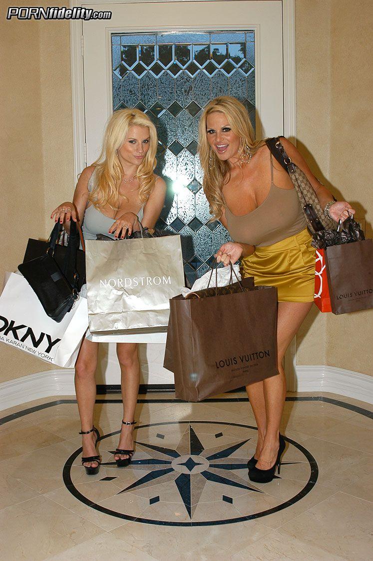 Большегрудые блондинки Haley Cummings и Kelly Madison растягивают свои письки для болта обеими руками