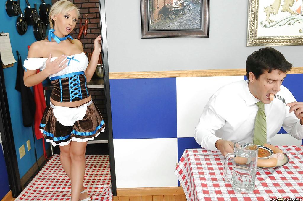 Официантка Jessica Lynn накормила клиента и дала ему