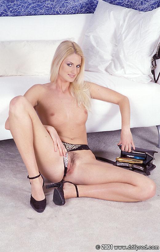 Солнечная светлая порноактриса Claudia Ricci снимает лифчик полностью и просто разрывает свою стриженную киску золотым дилдо!
