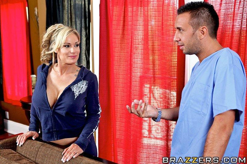 Возбужденная светловолосая девушка с гигантскими грудями Tyler Faith спускает узкие синие джинсы, чтобы насладиться сексом