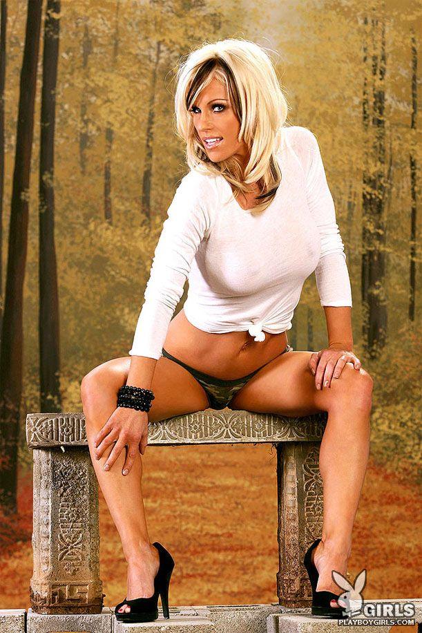 Блондинка на высоких каблуках с очаровательными