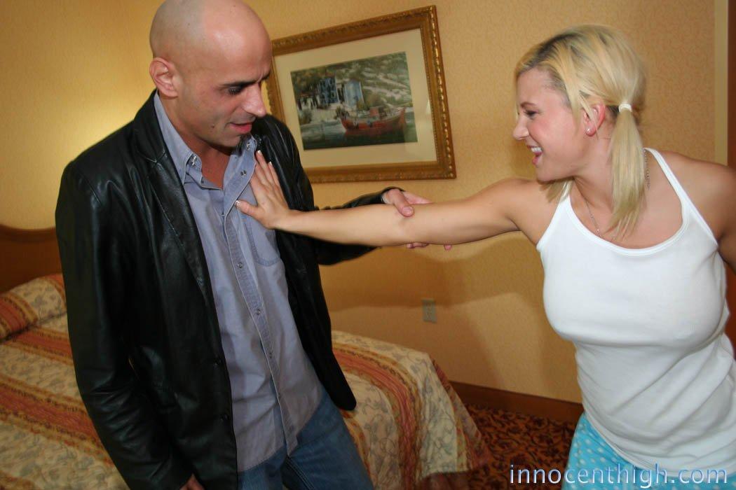 Грудастая блондинка Cali Cassidy ебется и глотает сперму в постели