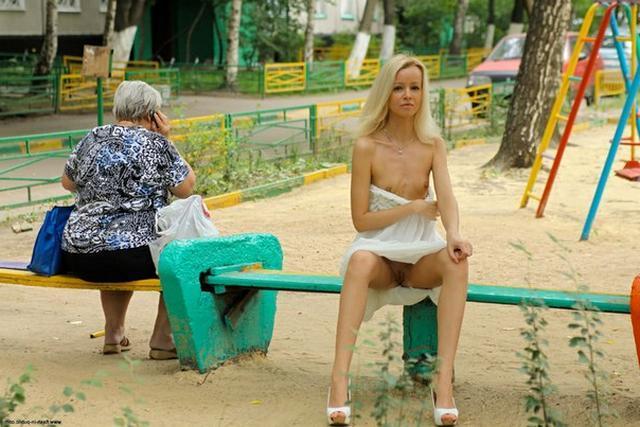 Крошечная блондиночка посреди улицы показывает себя без одежды