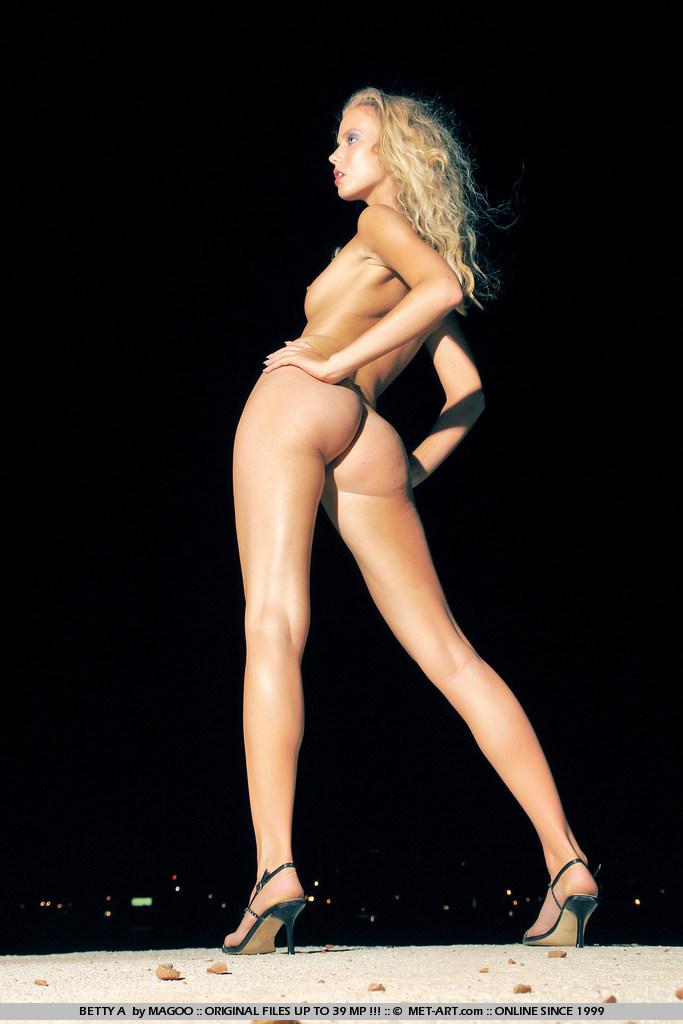 Милая блондинка Betty A устраивает изящную эротическую фотосессию