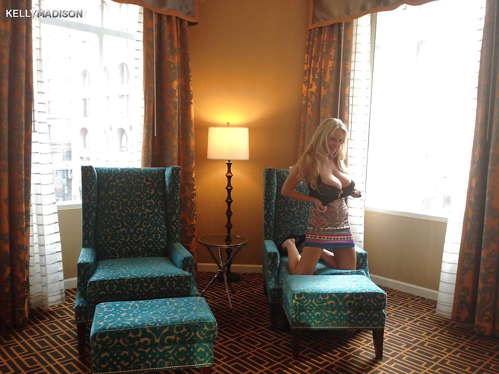 Светловолосая девушка с большими буферами Kelly Madison обнажилась в гостинице