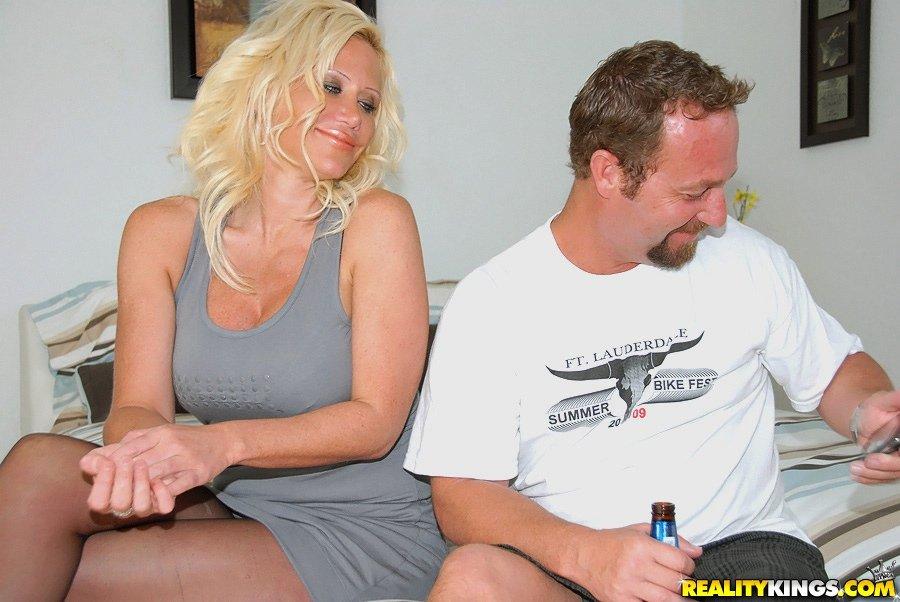 Мамочка-блондинка в нижнем белье Dawson Daley получила большое количество спермы на лицо после грубого порева