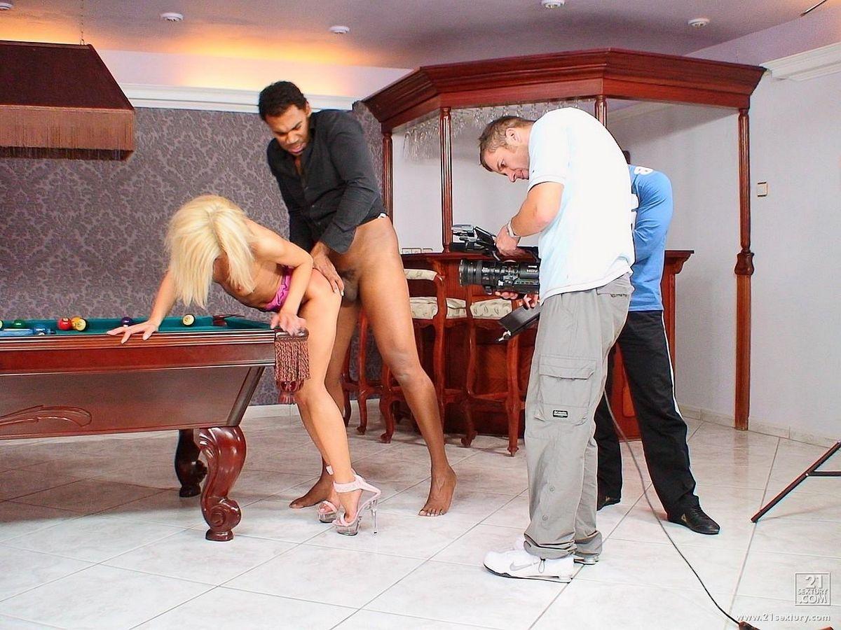 Ненасытная модель со свелыми волосами Jane Kyle дает негру жестко выебать себя на бильярдном столе