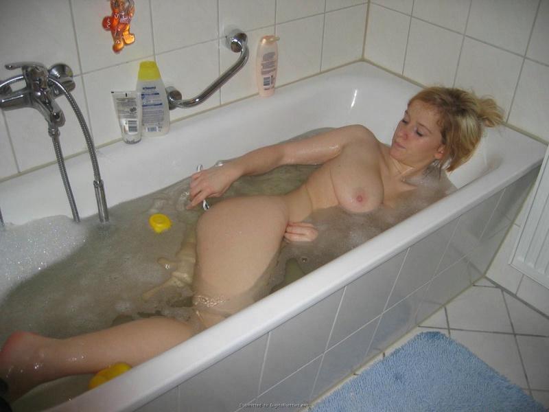 Юнец стягивает супругу, которая в ванной приводит себя в порядок