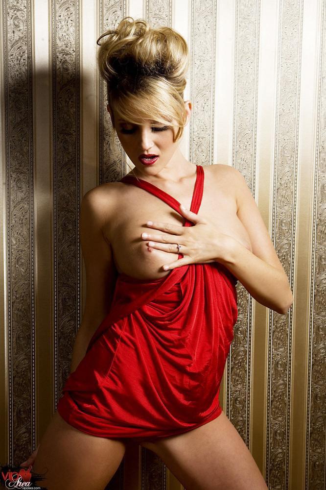 Восхитительная блондиночка Carli Banks делает селфи в возбуждающем красном платье и оголяет на свою розовую дырочку