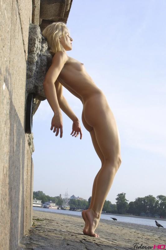 Спортивная Зоя показывает тело