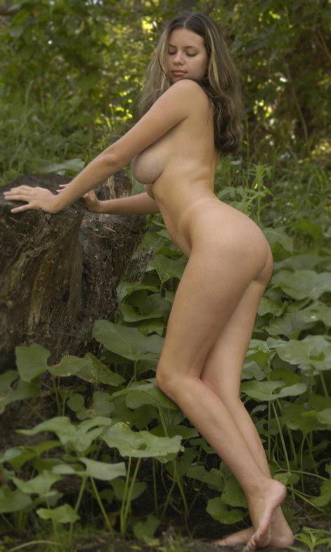 Грудастая деваха бродит по лесу голенькой