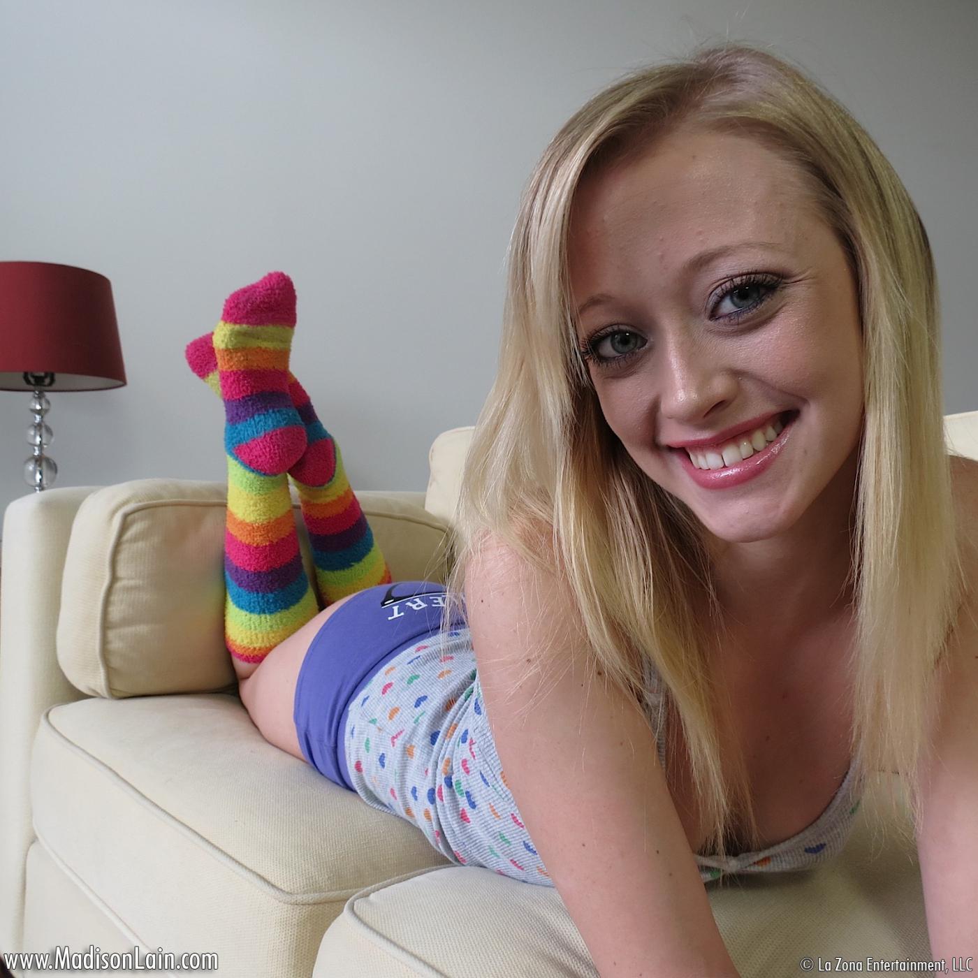 Неимоверно миленькая и игривая светловолосая девушка Madison Lain в полосатых гетрах испытывает оргазм от большого вибратора