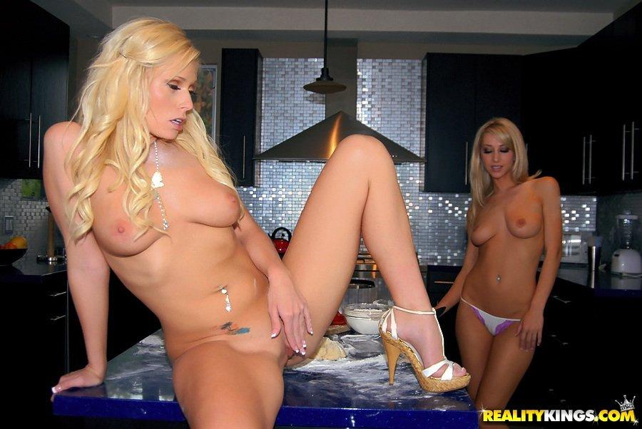 Сисястая блондинка Angelina Ash хочет лизать сладкую киску Sammie Rhodes