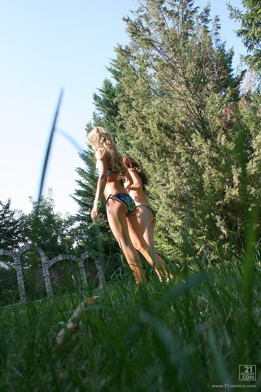Светлая порноактриса Cindy Hope и модель с темными волосами Regina Ice занимаются лесбийским сексом на открытом воздухе