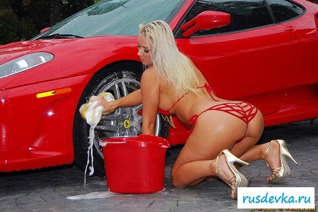 Милая модель со свелыми волосами моет машину