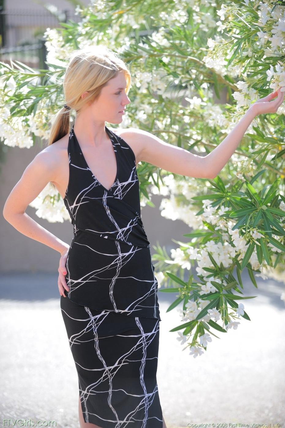 Соблазнительная блондинка Riley Ray демонстрирует свои интимные части тела, сняв свое черное платье