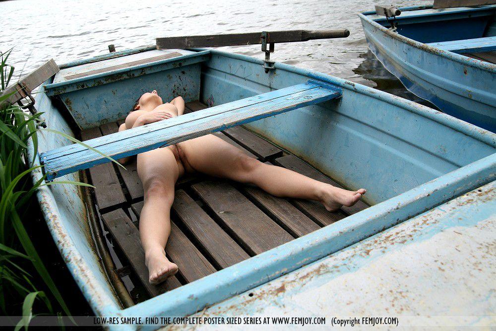 Титястая светлая порно звезда, секс-бомба Laura Femjoy наслаждается днем в безлюдном месте, расслабляется обнаженной на лодке
