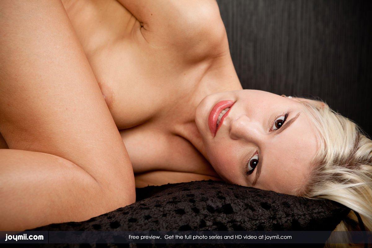 Привлекательная светловолосая девушка Lola Myluv сексуально и приятно исследует свою пещерку