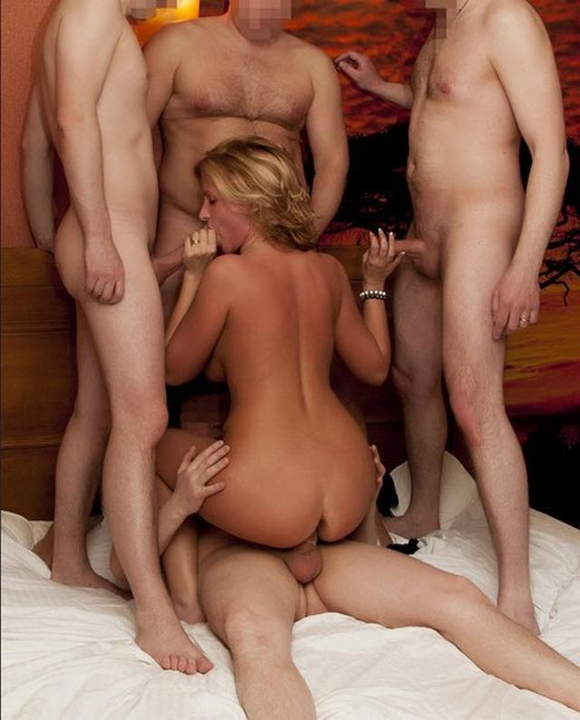 Тёти удовлетворяют оральным сексом одновременно несколько парней показывая глубокое заглатывание
