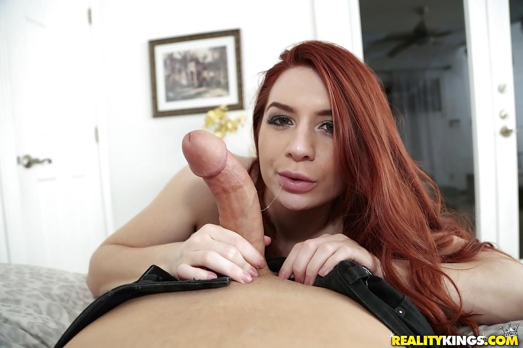 Veronica Vain на диване делает минет мужа порно фото