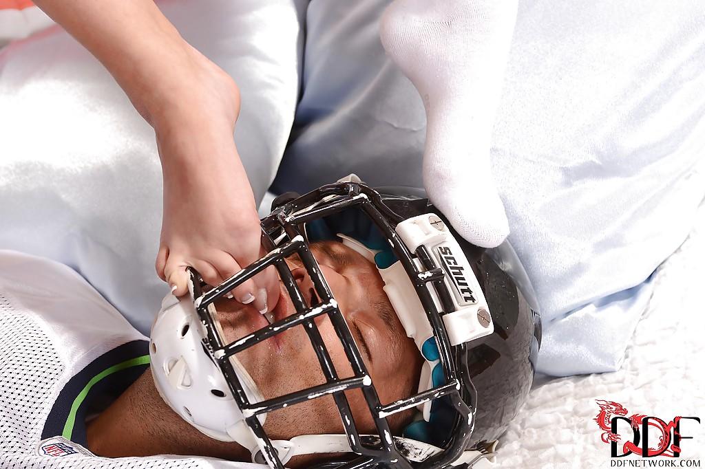Нимфы трахнулись с футболистом и довели его до оргазма ножками