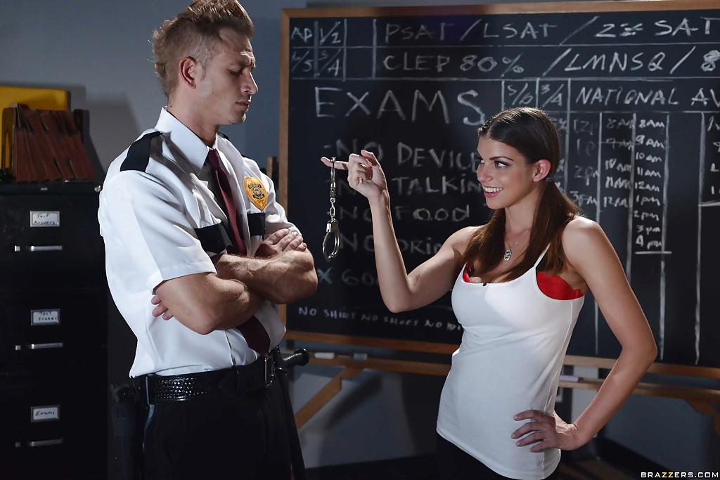 Полицейский задержал училку и насладился отсосом порно фото