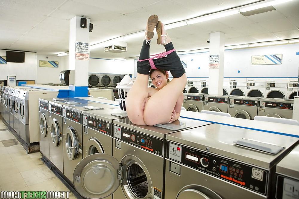 Домохозяйка Cali Hayes снимает лифчик в прачечной
